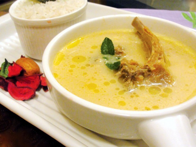 Yakhni is a dish from kashmiri pandit cuisine which does not use onion and garlic.