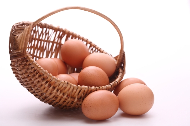 Organic Eggs do come with a lot of benefits, but only if you are buying them from a trustworthy local farmer and not your local grocery store. If you don't know any local farmers, you are probably much better off with regular eggs.